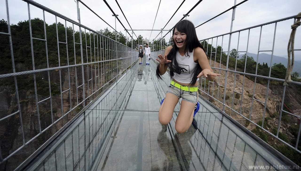 Самый длинный стеклянный мост в мире открылся в Китае