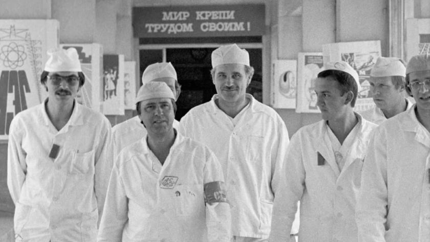 Сотрудники Чернобыльской электростанции заступают на новую смену. Александр Акимов — крайний слева
